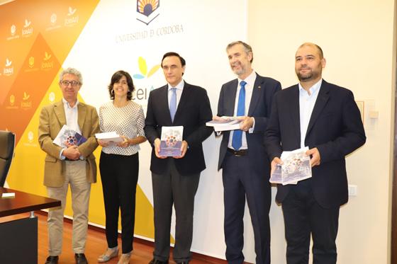 Los representantes de la AECC y de las Universidades sujetando las actas del pasado CCSC de Córdoba